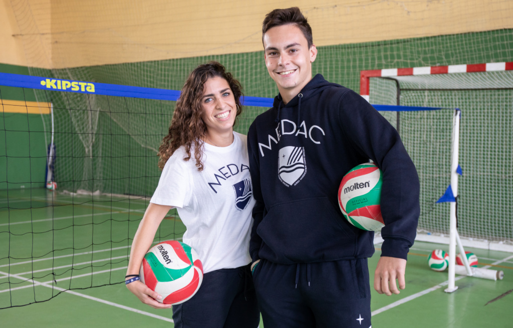 Chica y chico en polideportivo